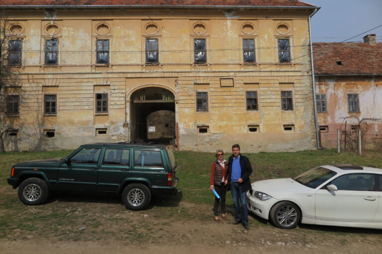 Countess Gladys and her son Nikolaus outside Count János Bethlen's Manor House